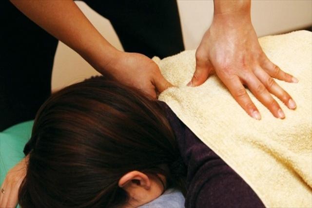 訪問リハビリ(鍼灸手技)は健康保険が適用できて安心の施術を行う「かきうち鍼灸院」へ、国家資格を持つ施術者によるあん摩マッサージの様子画像