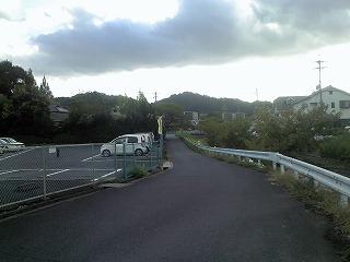 左に折れながら川沿いに進みます
