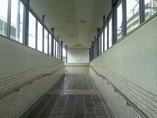 右側(北側)の出口へ